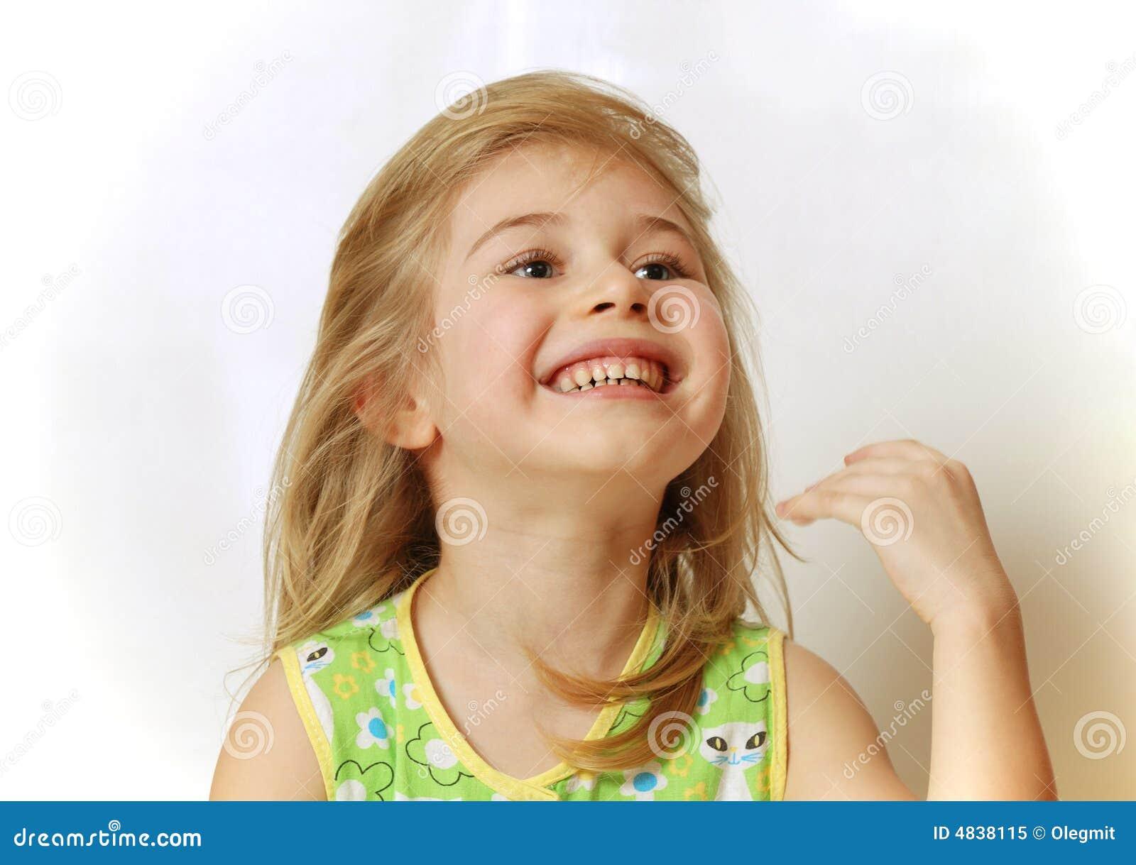 Gesicht des wenig blonden Mädchenlachens
