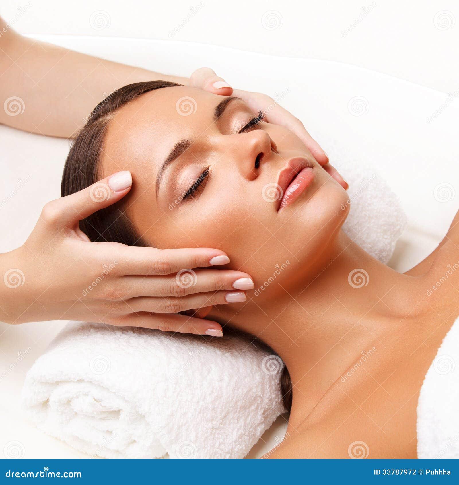 Gesichts-Massage. Nahaufnahme einer jungen Frau, die Badekur erhält.