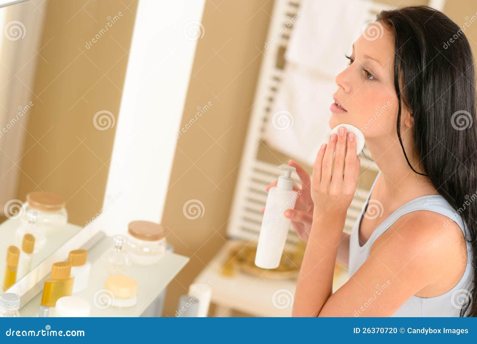 Gesichts-Verfassungsausbau des Badezimmers der jungen Frau sauberer