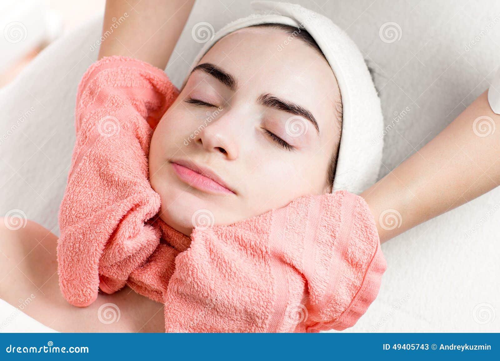 Download Gesichtsbehandlung Oder Massage Der Jungen Frau Mit Tuch Stockbild - Bild von massage, karosserie: 49405743
