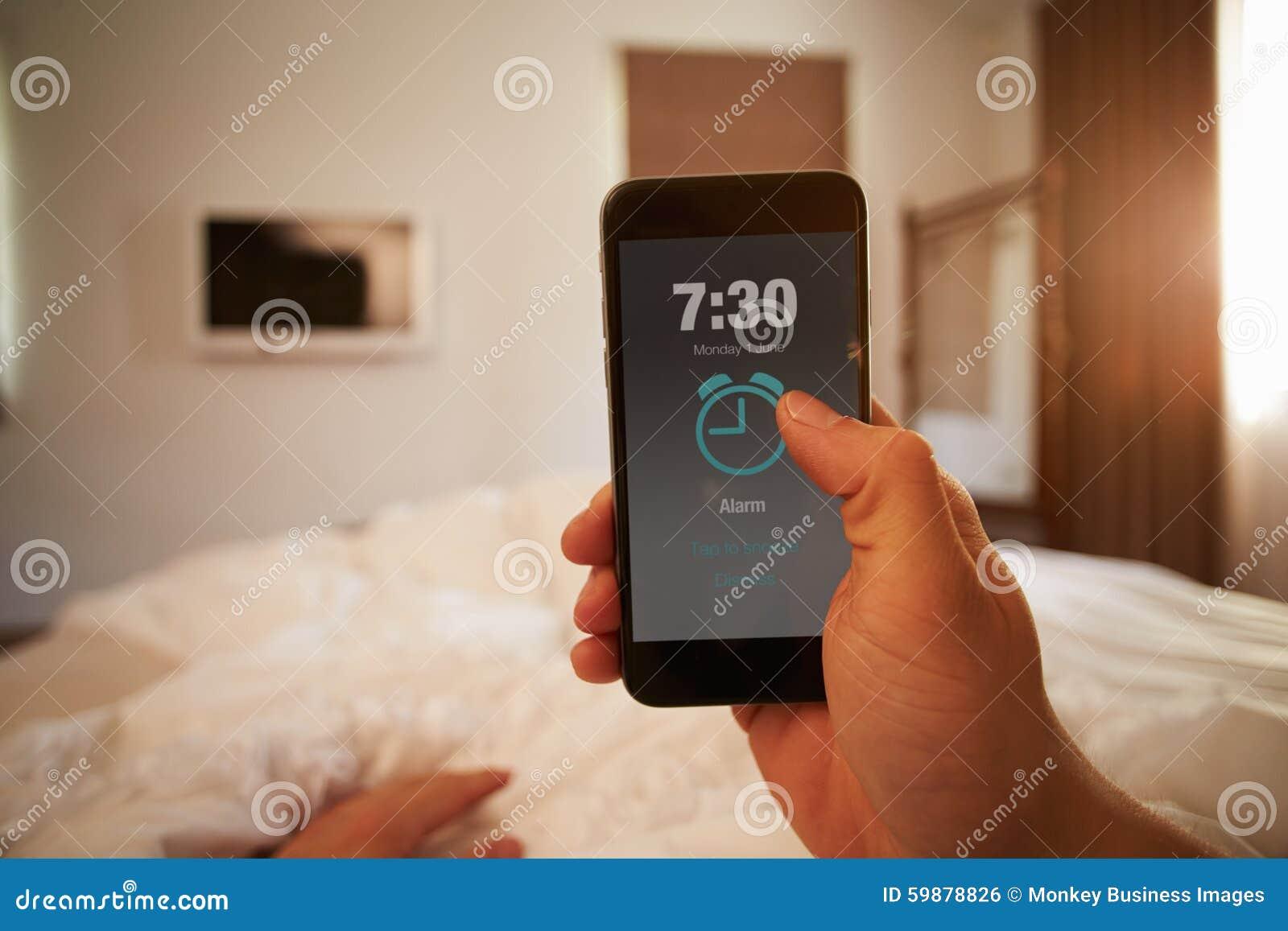 Gesichtspunkt-Bild der Person In Bed Turning Off-Telefon-Warnung