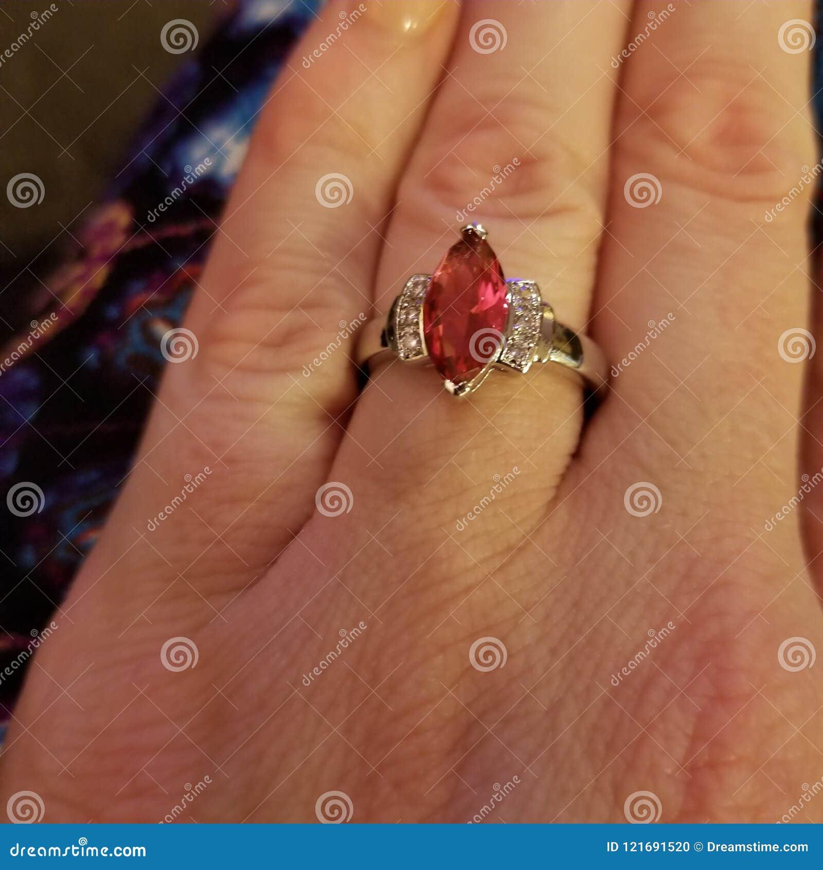 Gesimuleerde marquise-besnoeiings robijnrode ring