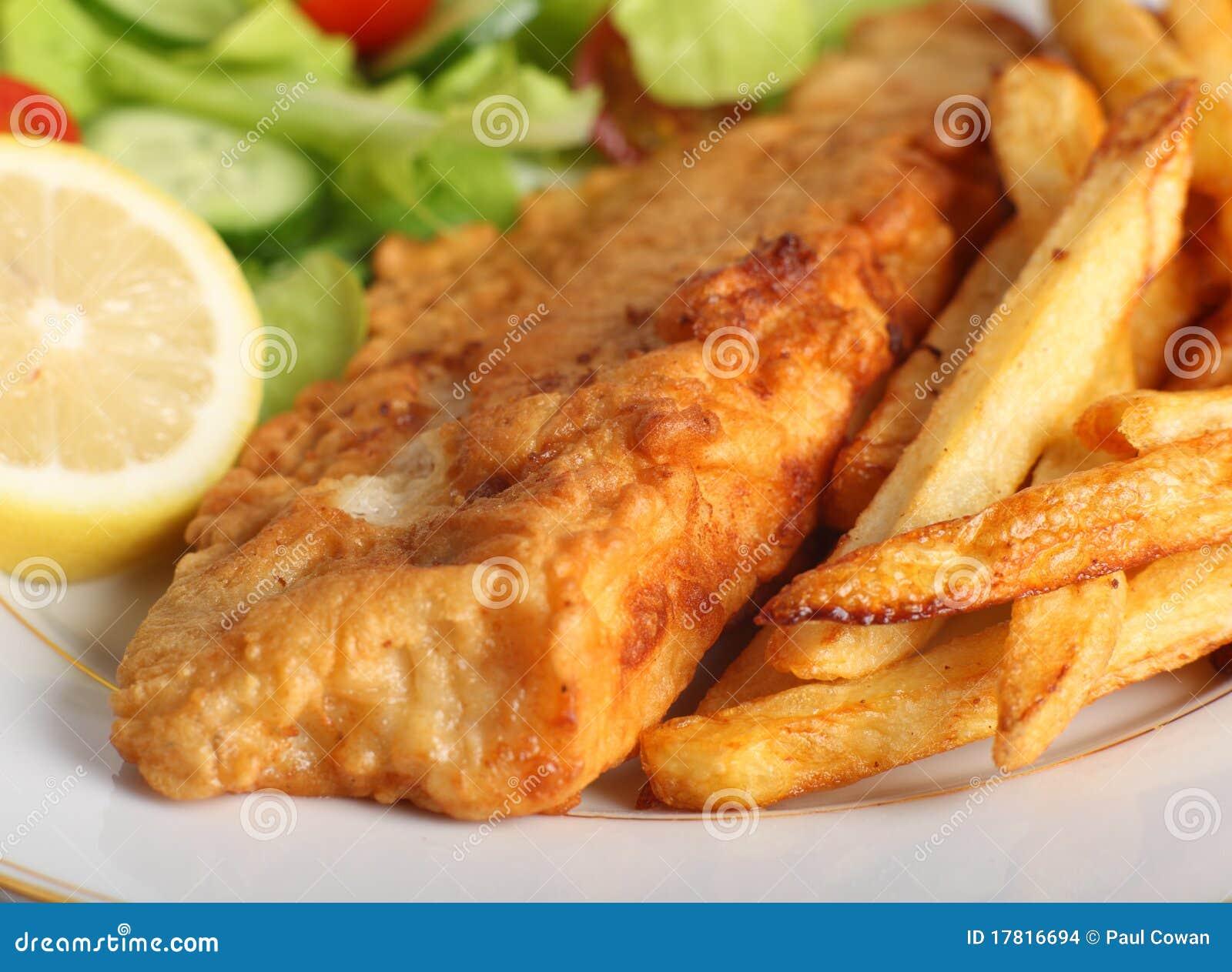 Geslagen vissen met spaanders en salade