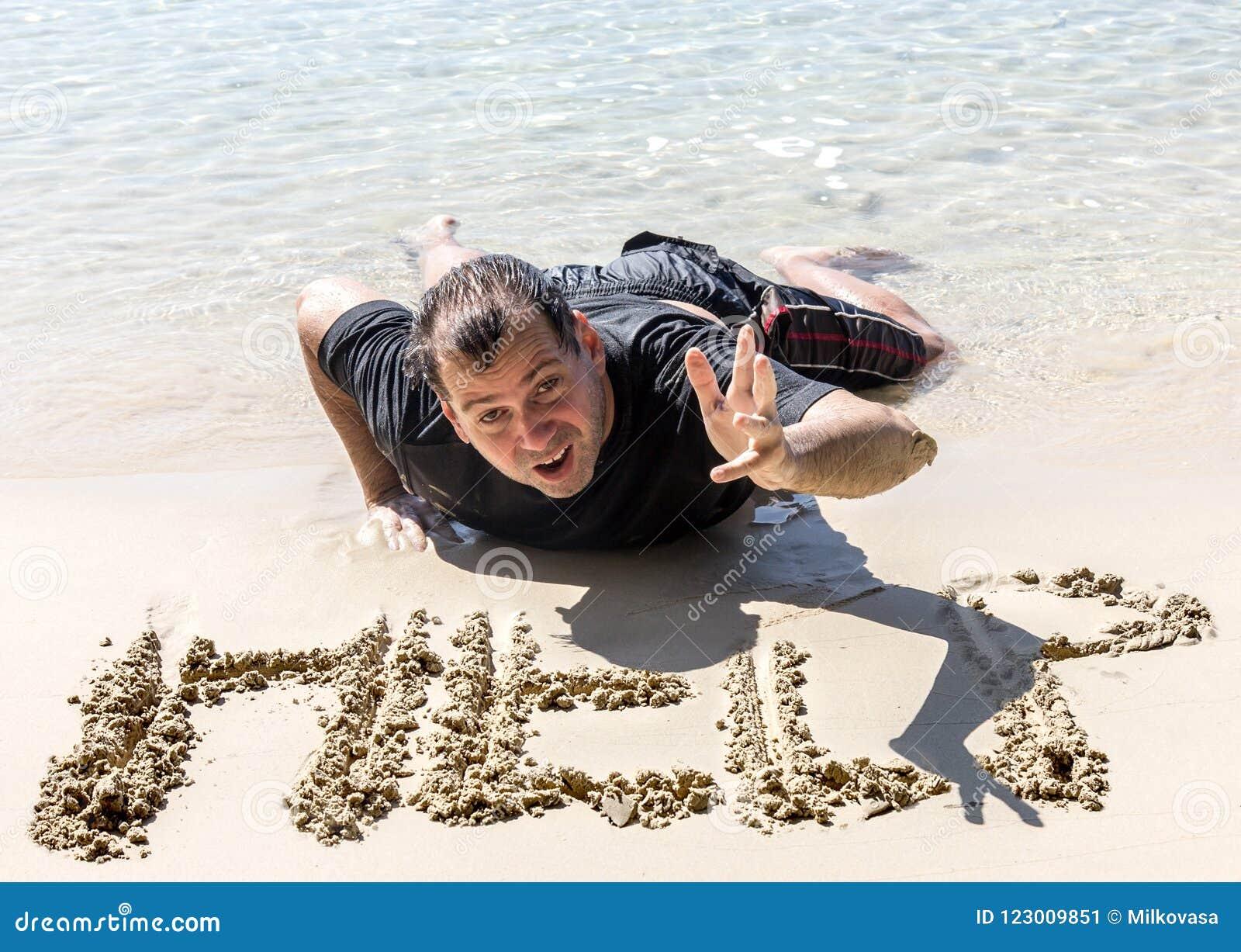 Gesloopte mens op de kustlijn