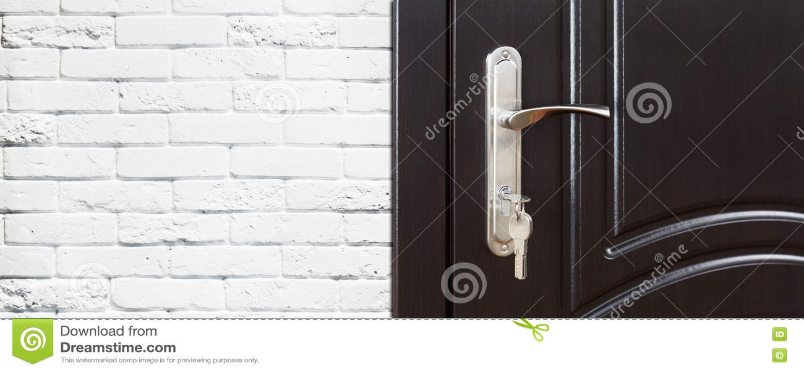 Gesloten donker bruin houten deurhandvat met slot stock foto ...
