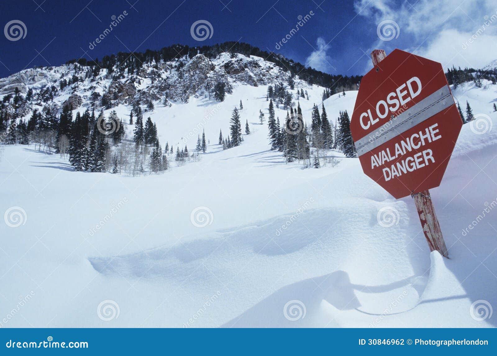 Gesloten--lawine danger teken in sneeuw