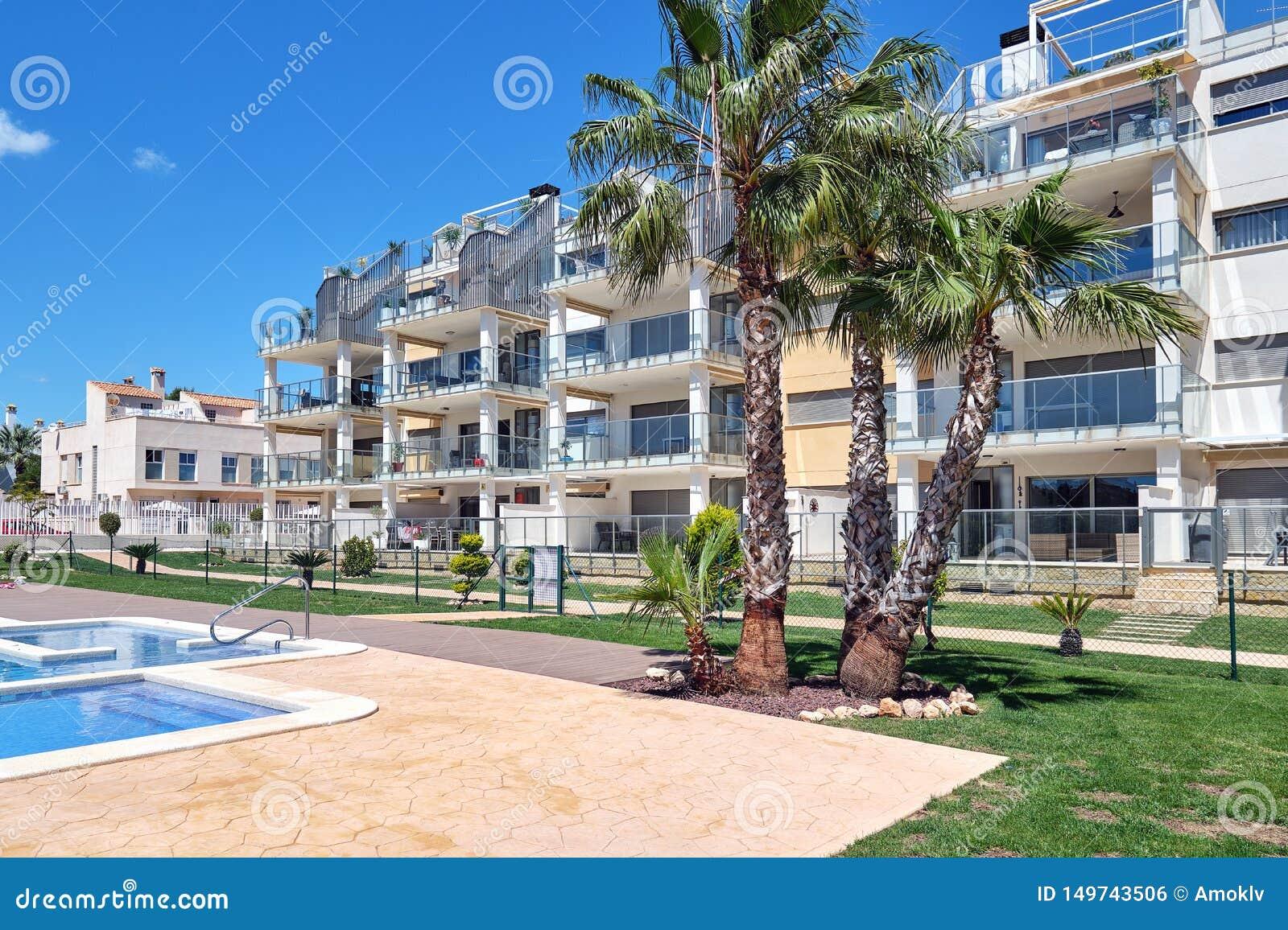 Gesloten urbanisatie met zwembad in Torrevieja, Spanje