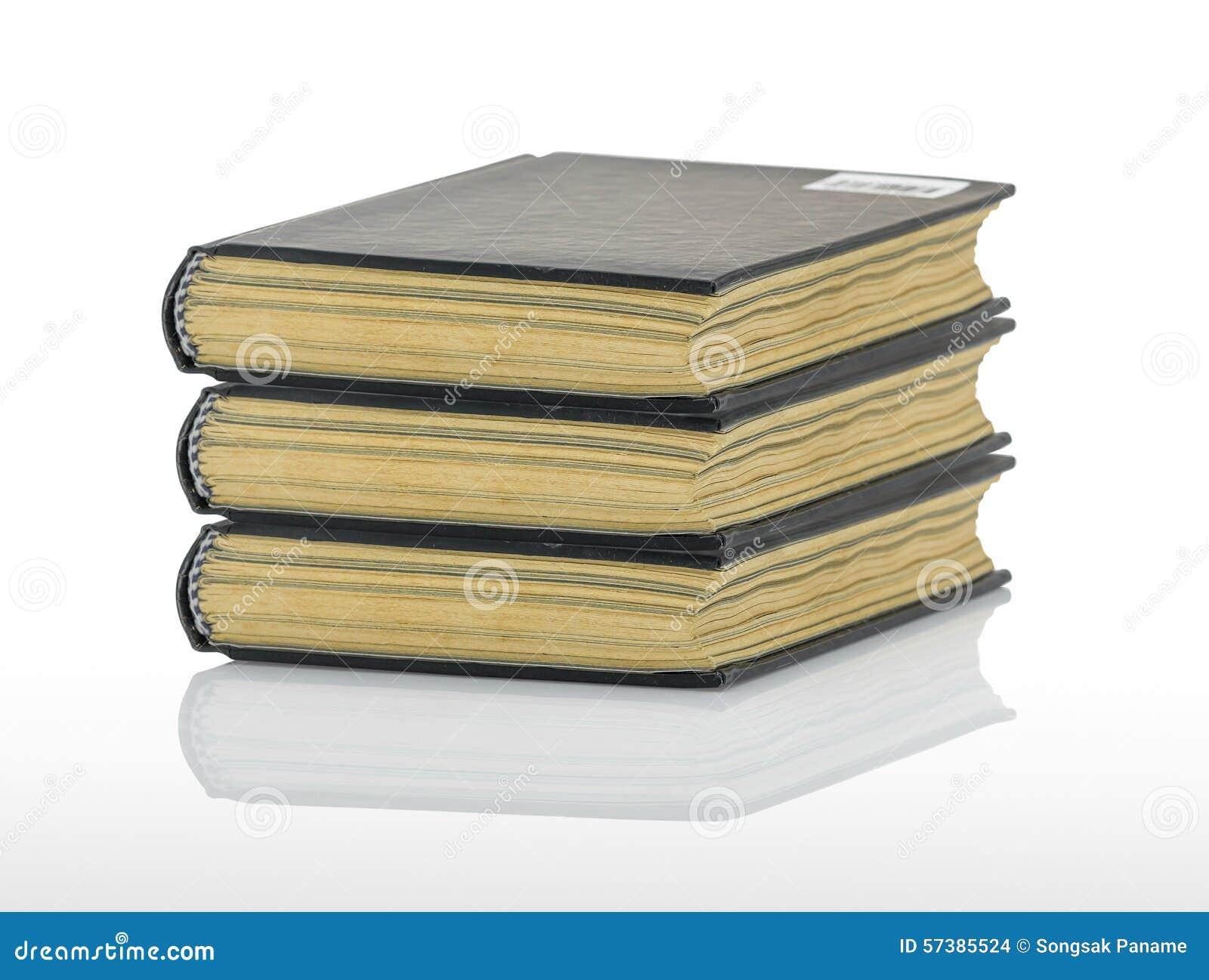 Gesloten zwart boek met schaduw op witte achtergrond