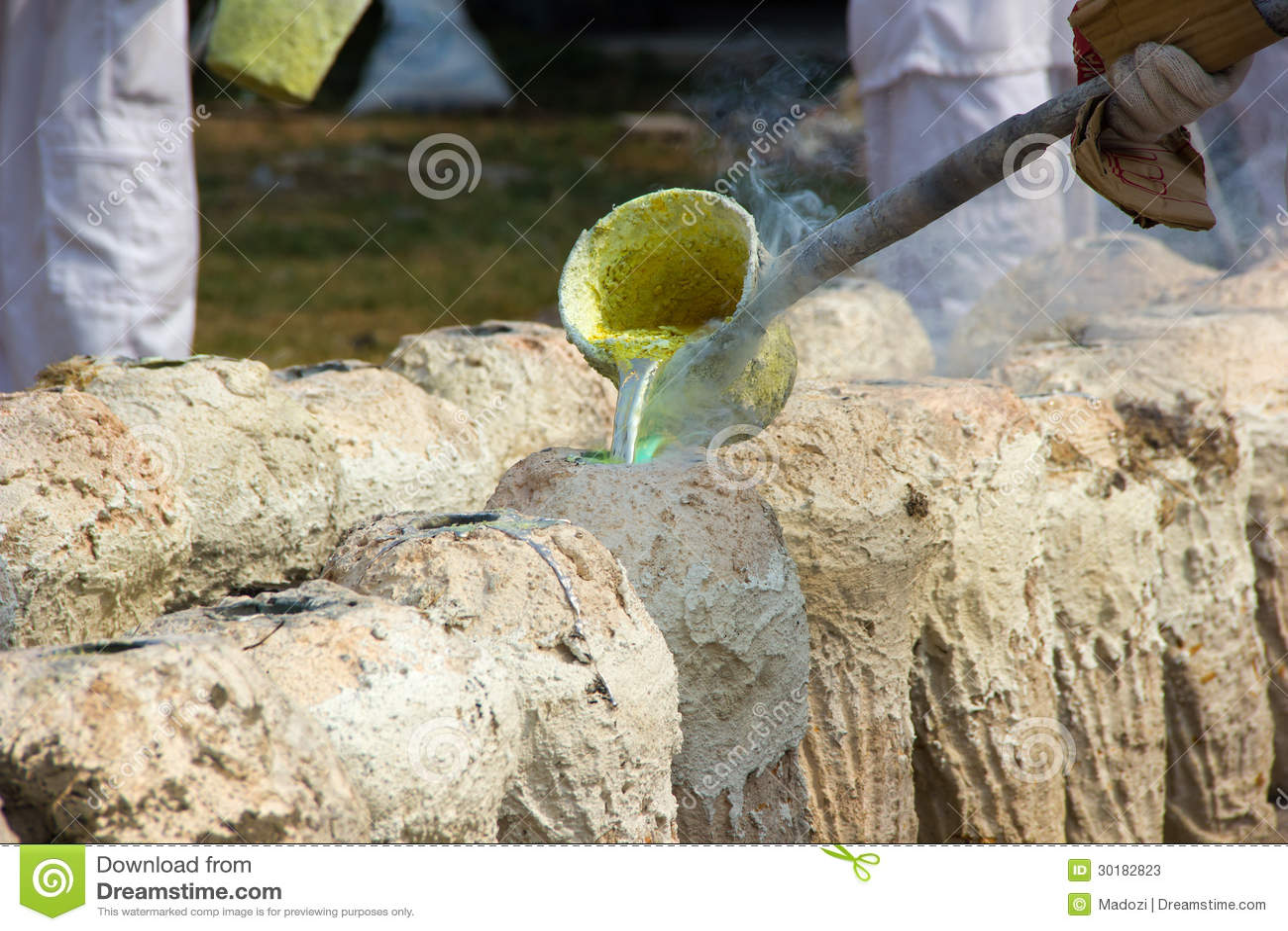 Illustratie van gesmolten metaal die van een gieterij worden gegoten crucibl