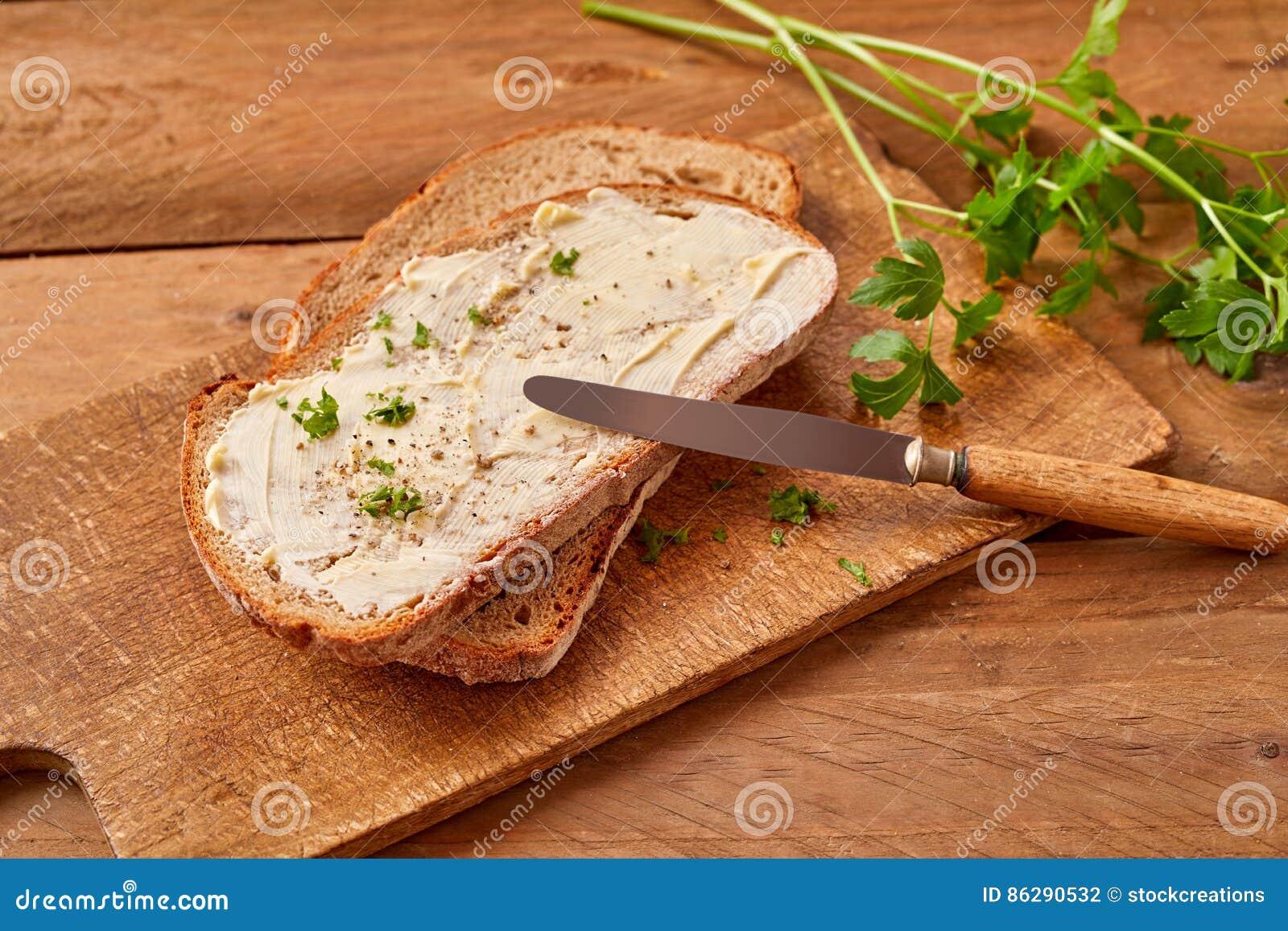 Gesneden beboterd brood met verse peterselie