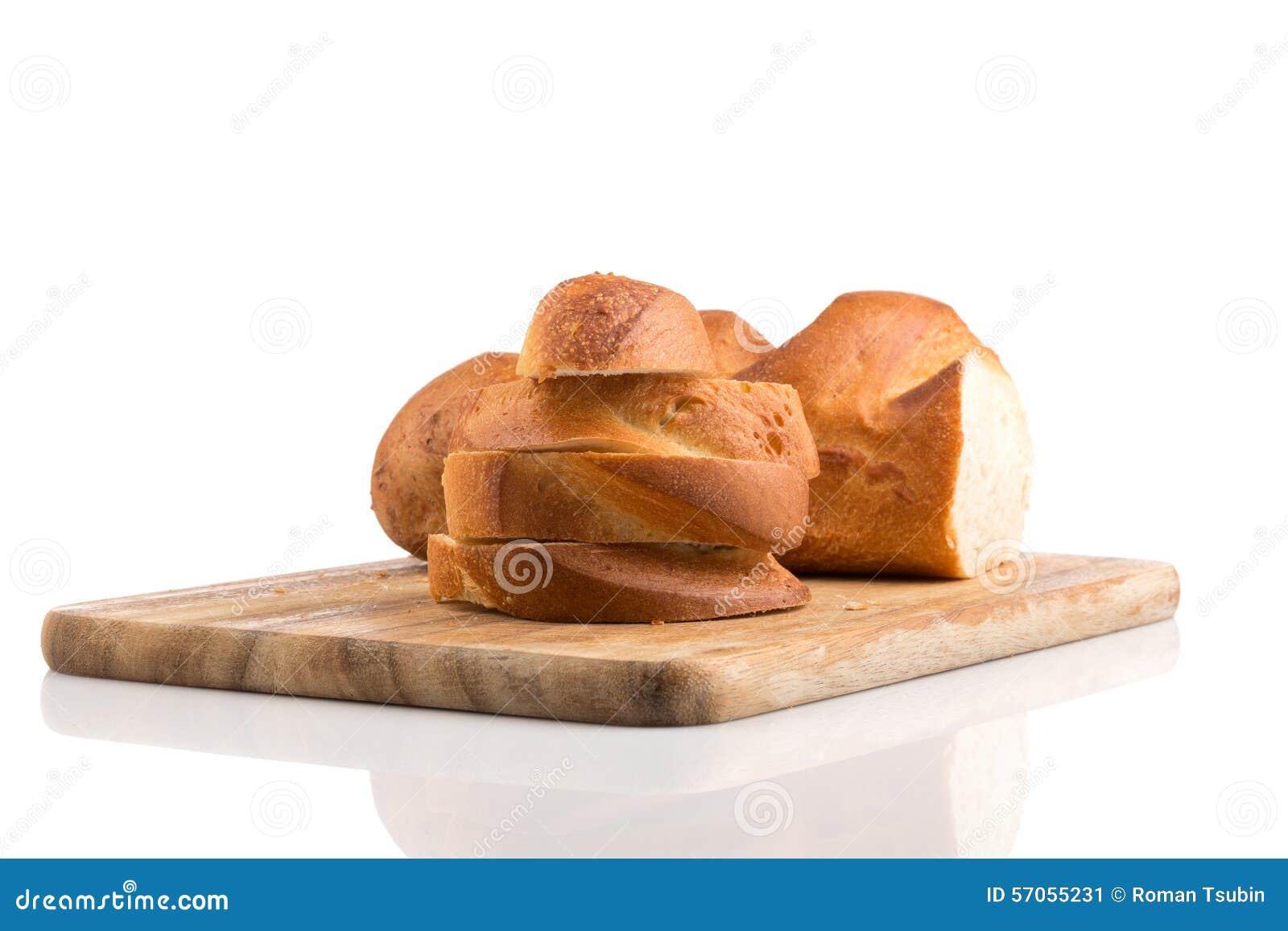 Gesneden brood op een houten hakbord