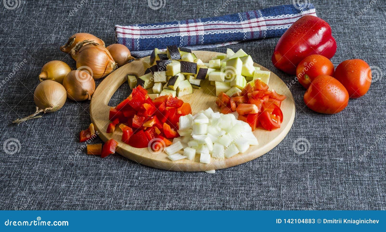 Gesneden courgette, uien, aubergine, tomaat en paprika