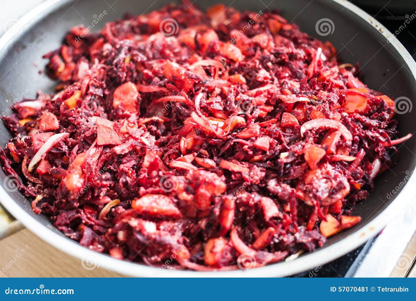 Gesneden die wortel, rode biet en ui met bloem wordt gemengd