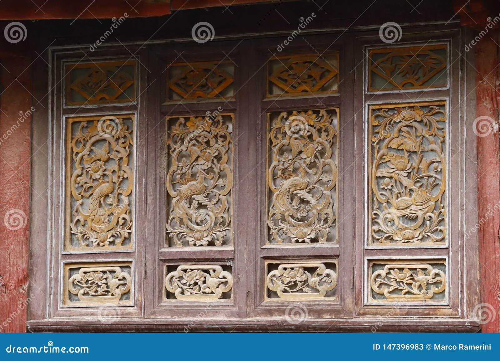 Gesneden houten vensters in de oude stad van Lijiang, Yunnan, China