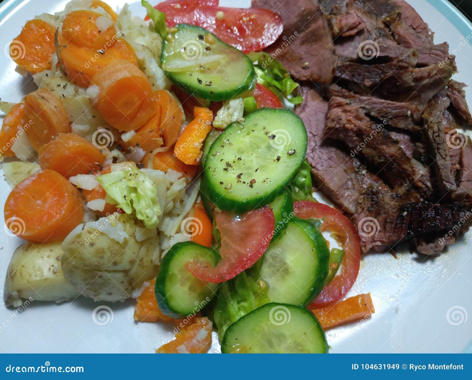 Download Gesneden Middelgroot Zeldzaam Braadstukrundvlees Met Groenten Stock Afbeelding - Afbeelding bestaande uit gesneden, middel: 104631949