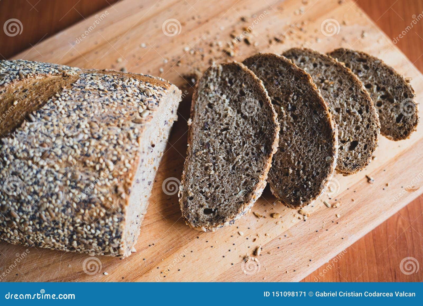 Gesneden multigrain eigengemaakt brood op een houten scherpe raad thuis