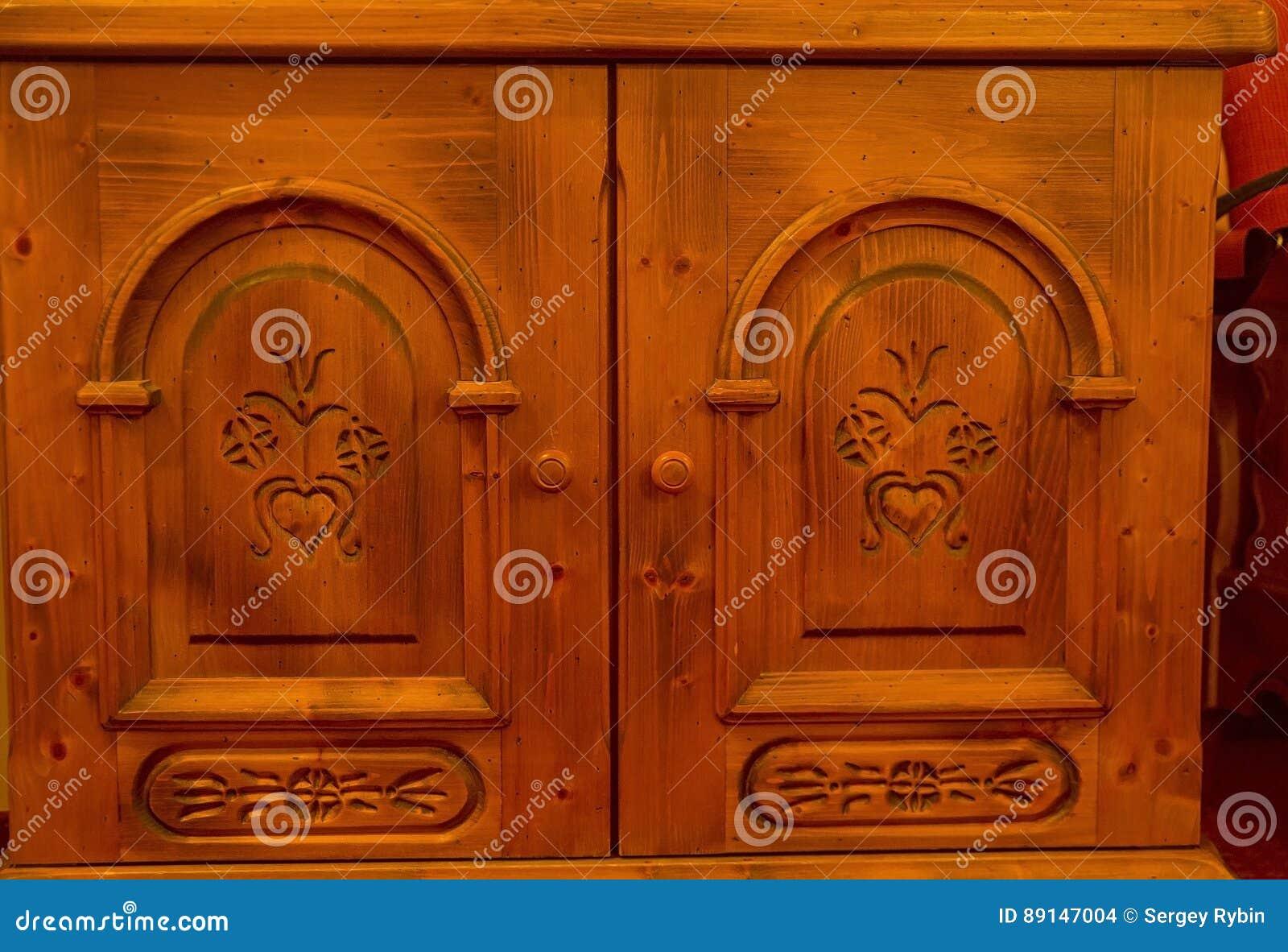 Gesneden Ornamenten Op De Deuren Van De Oude Kast Stock Foto