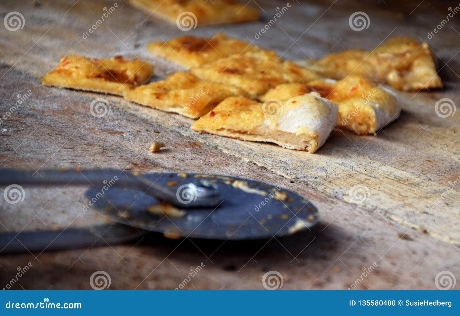 Gesneden pizzabread op een houten scherpe raad