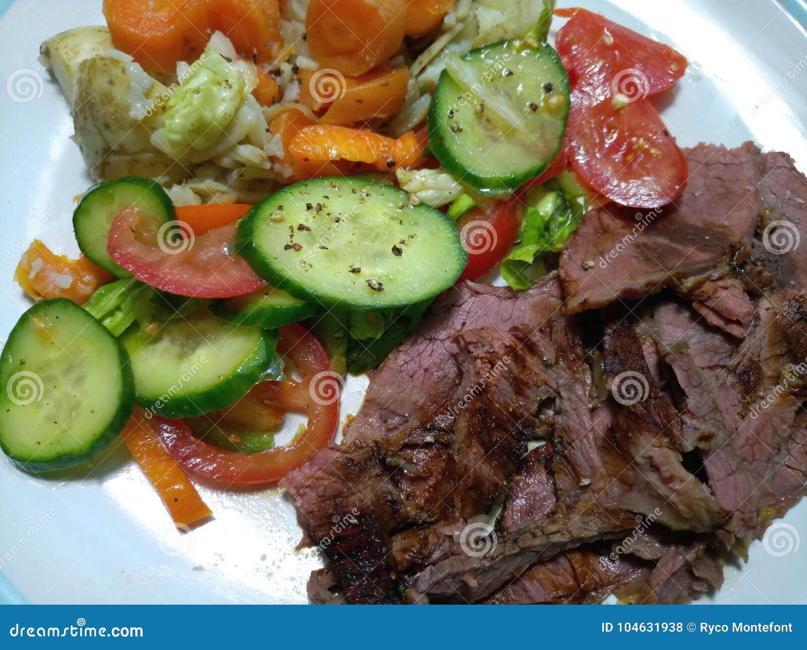 Download Gesneden Rundvleesbraadstuk Op Een Plaat Stock Foto - Afbeelding bestaande uit gekruid, groenten: 104631938
