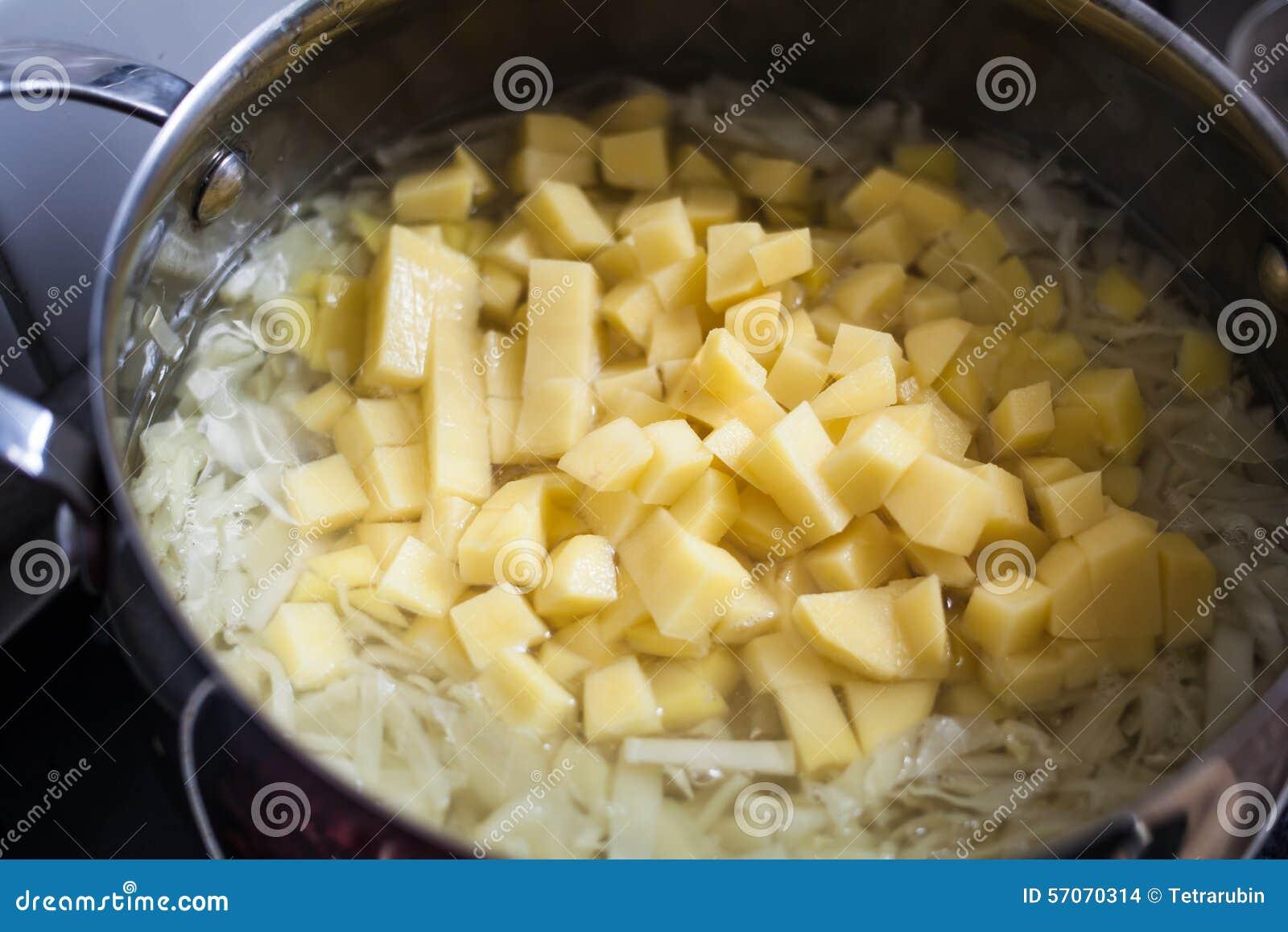 Gesneden witte kool en een aardappel in een pan