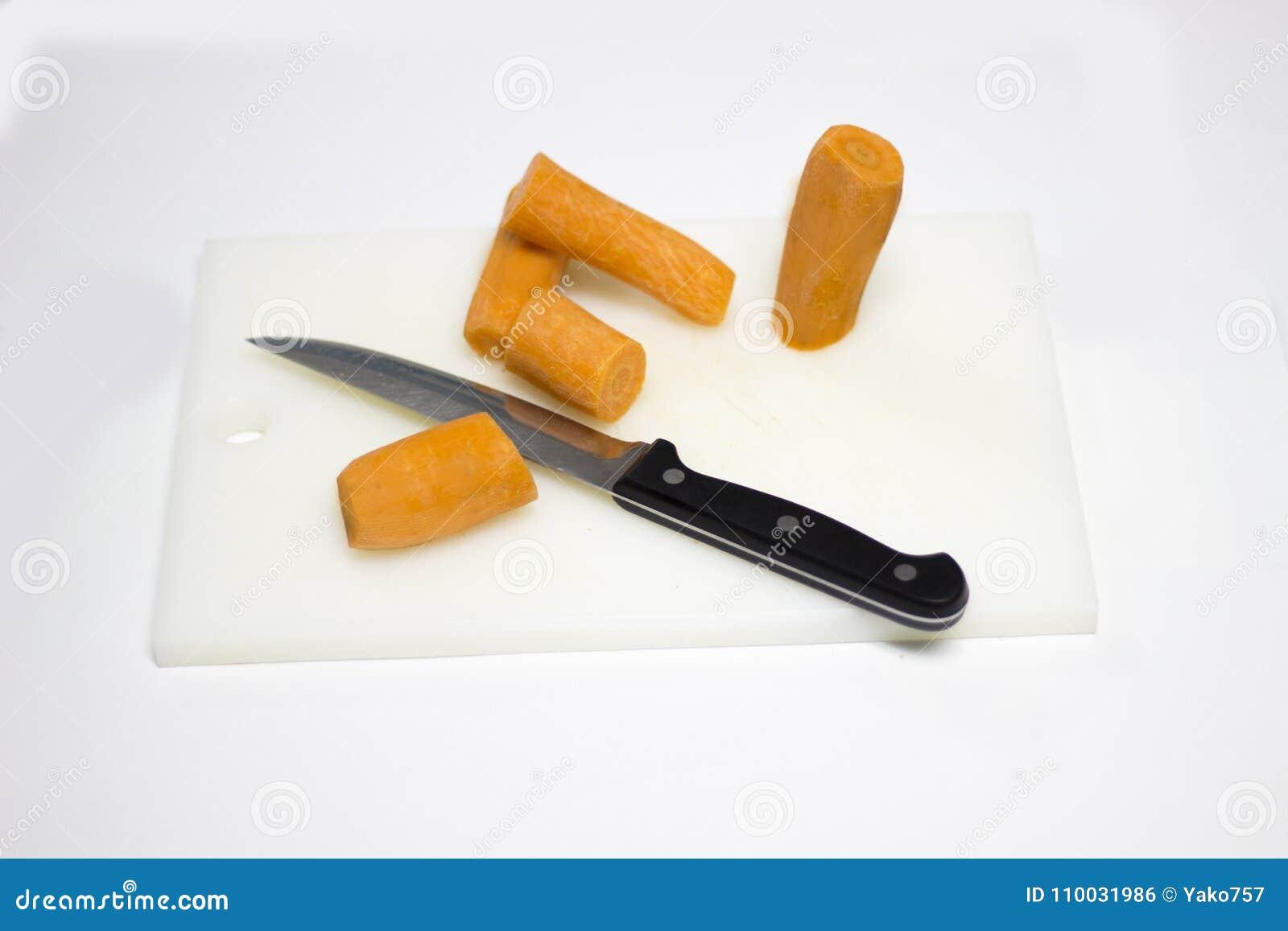 Gesneden wortelgroenten op een lijst
