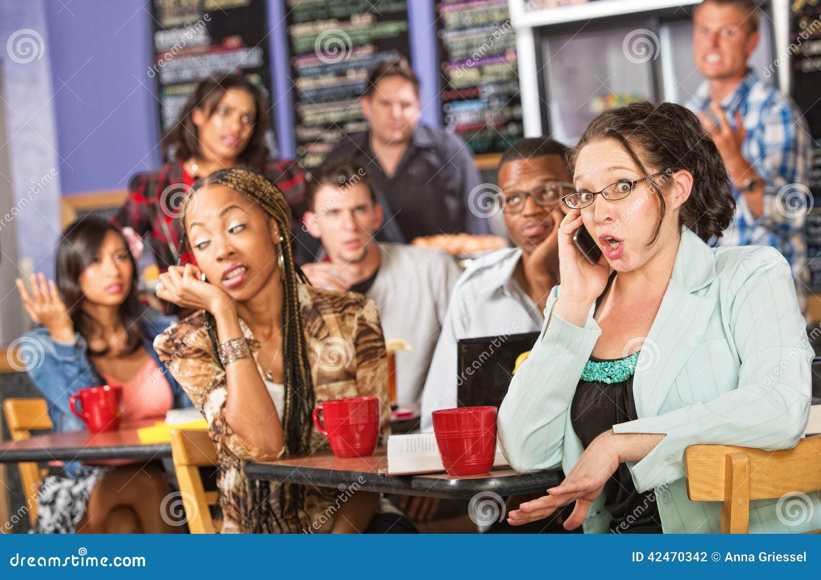 Gesprächige Frau im Café
