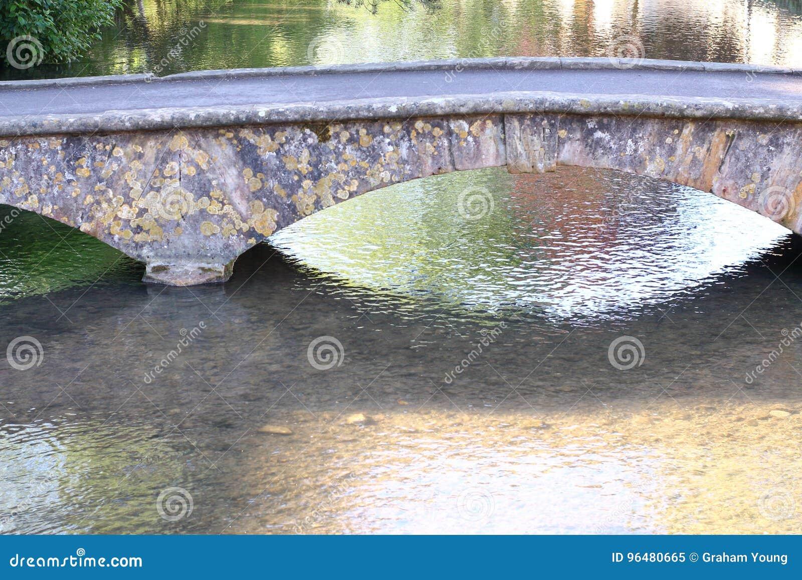 Gesprenkelte Steinbrücke, das Cotswolds, schönes Dorf