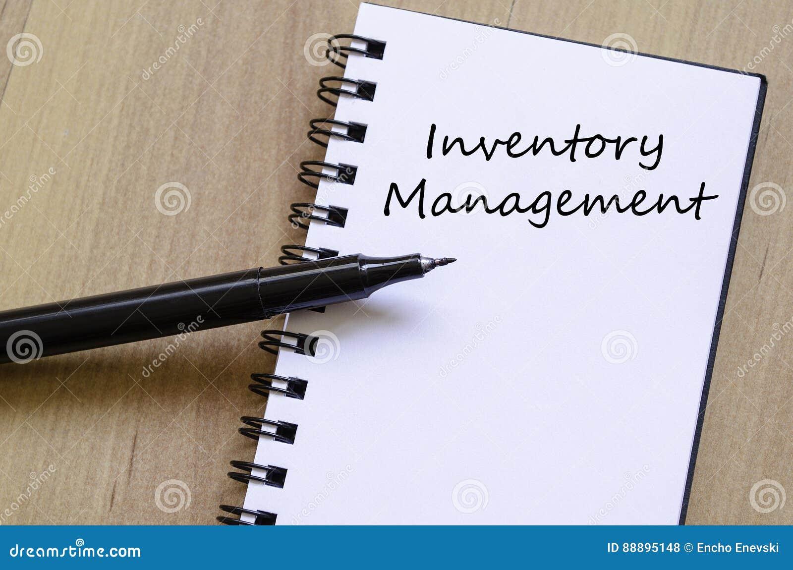 A gestão de inventário escreve no caderno