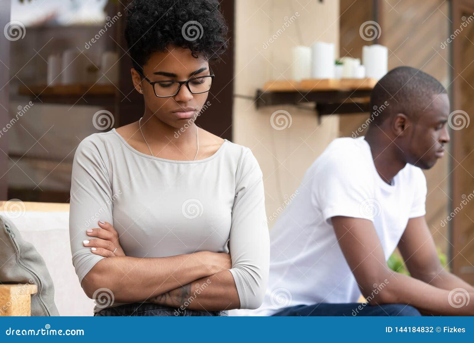 Gestörte eifersüchtige Freundin traurigen Freund nach Kampf ignorieren