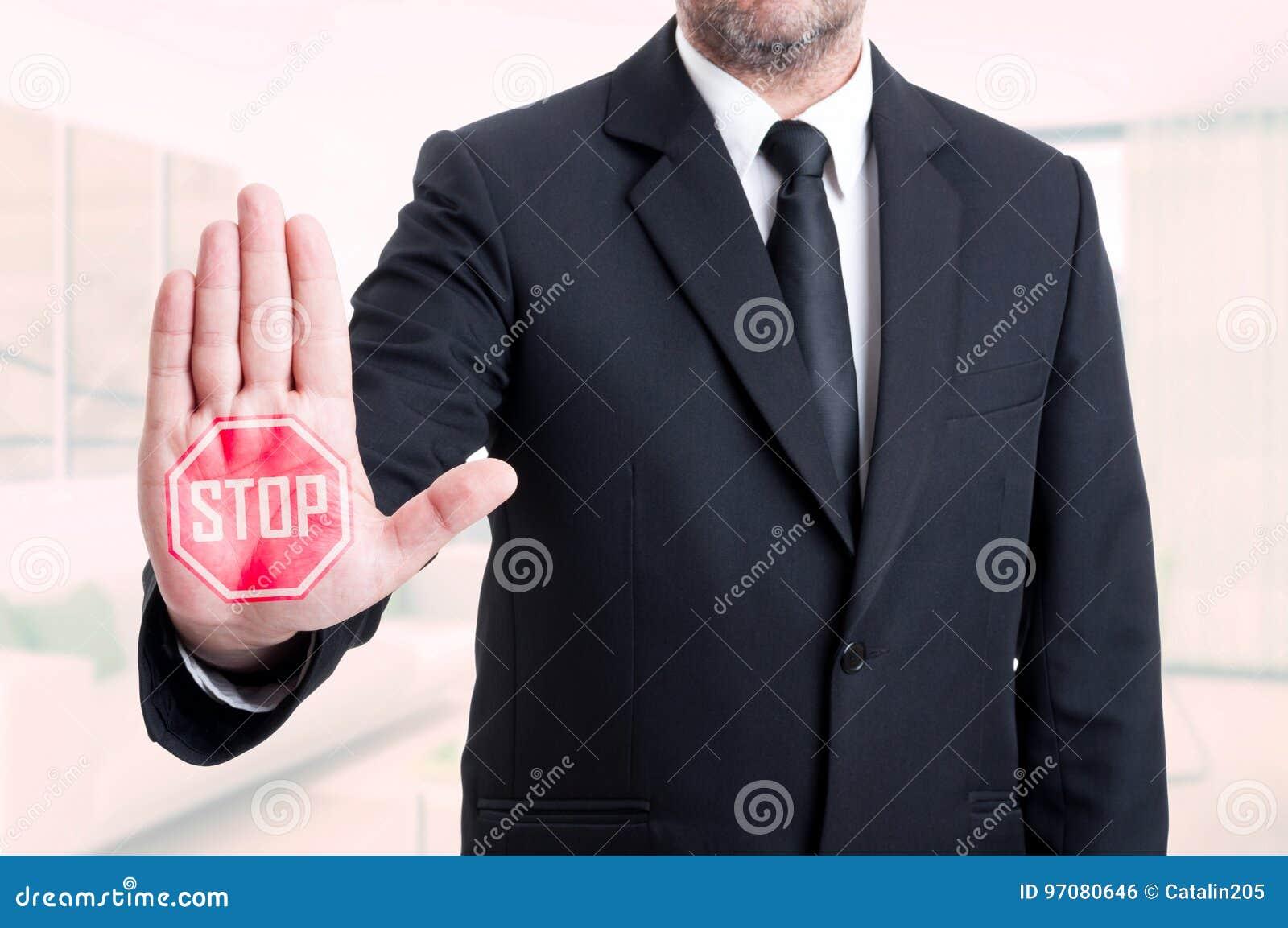 Gest för tecken för stopp för visning för affärsman