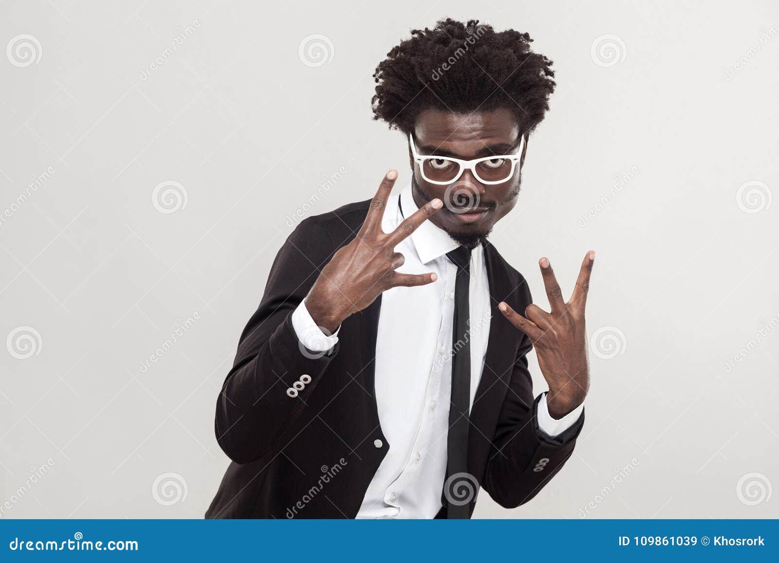 Gest szok, chłodno śpiewa palce Afrykańscy mężczyzna seansu palce