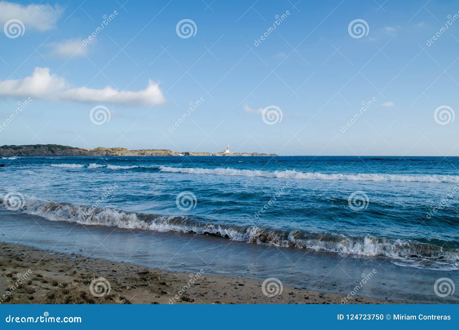 Gestalten Sie Fotografie von einem der bekanntesten Plätze in Menorca auf der Küste mit einem Leuchtturm landschaftlich