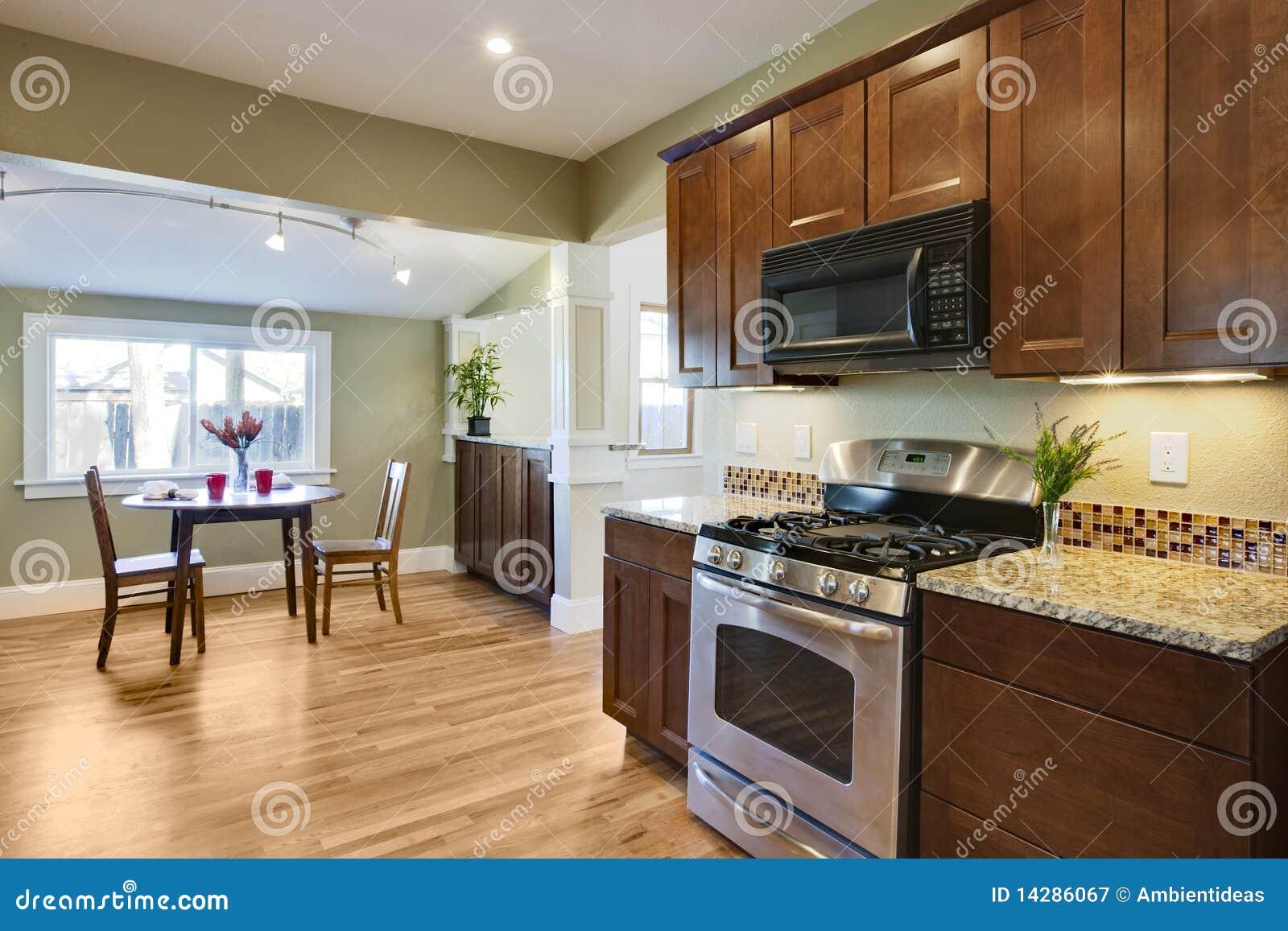 Günstiger Fußboden Küche ~ Gestalten sie küche mit hölzernem bodenbelag um stockbild bild