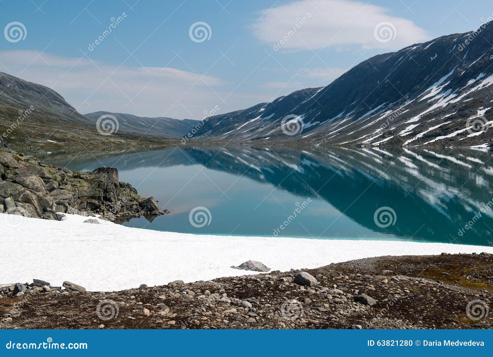 Gestalten Sie mit Schnee, Gebirgssee und Reflexion, Norwegen landschaftlich