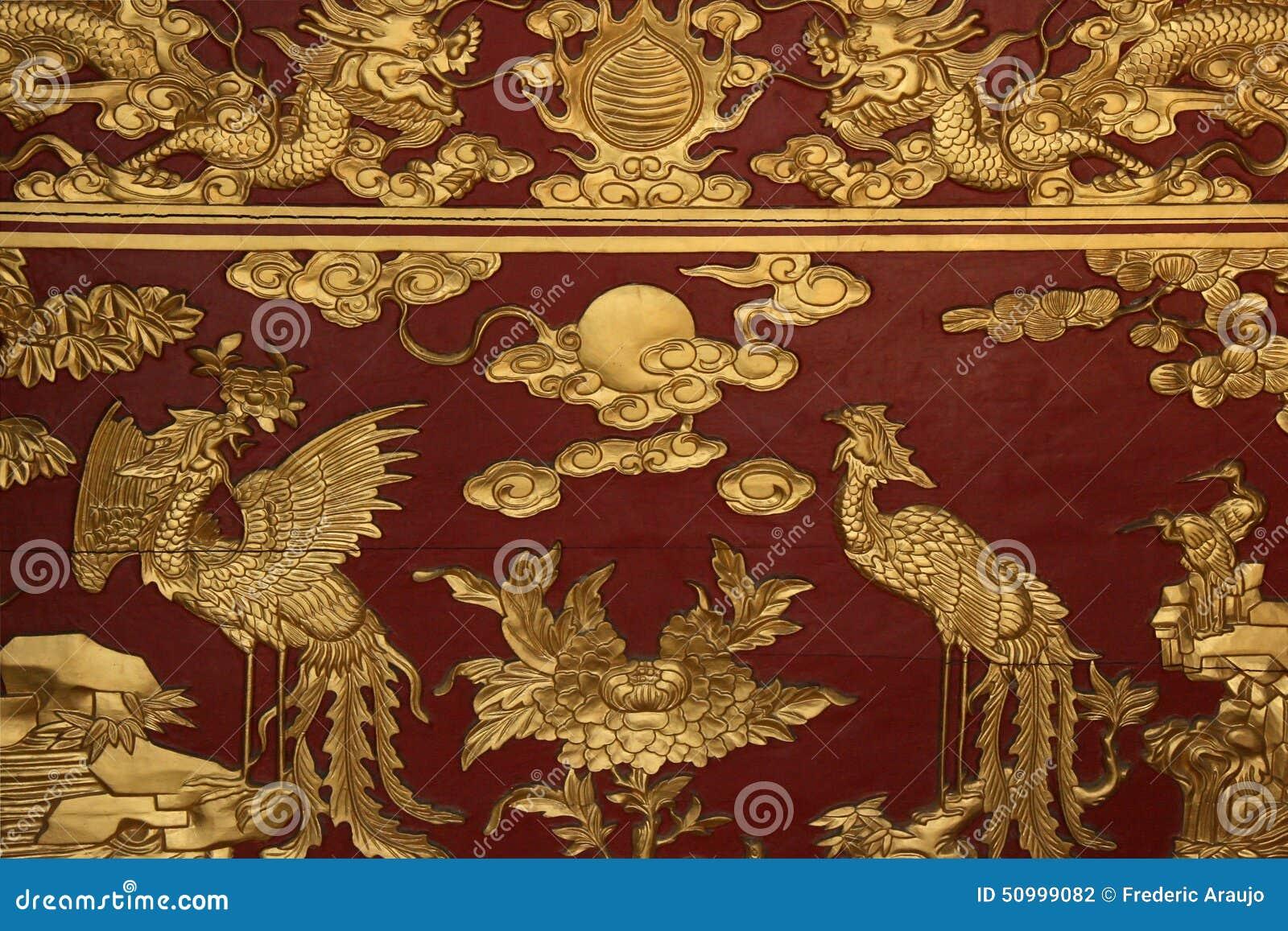 Gestaltetes Phoenix Und Drachen Verzieren Einen Altar In Einem ... Buddhistischer Altar Als Deko