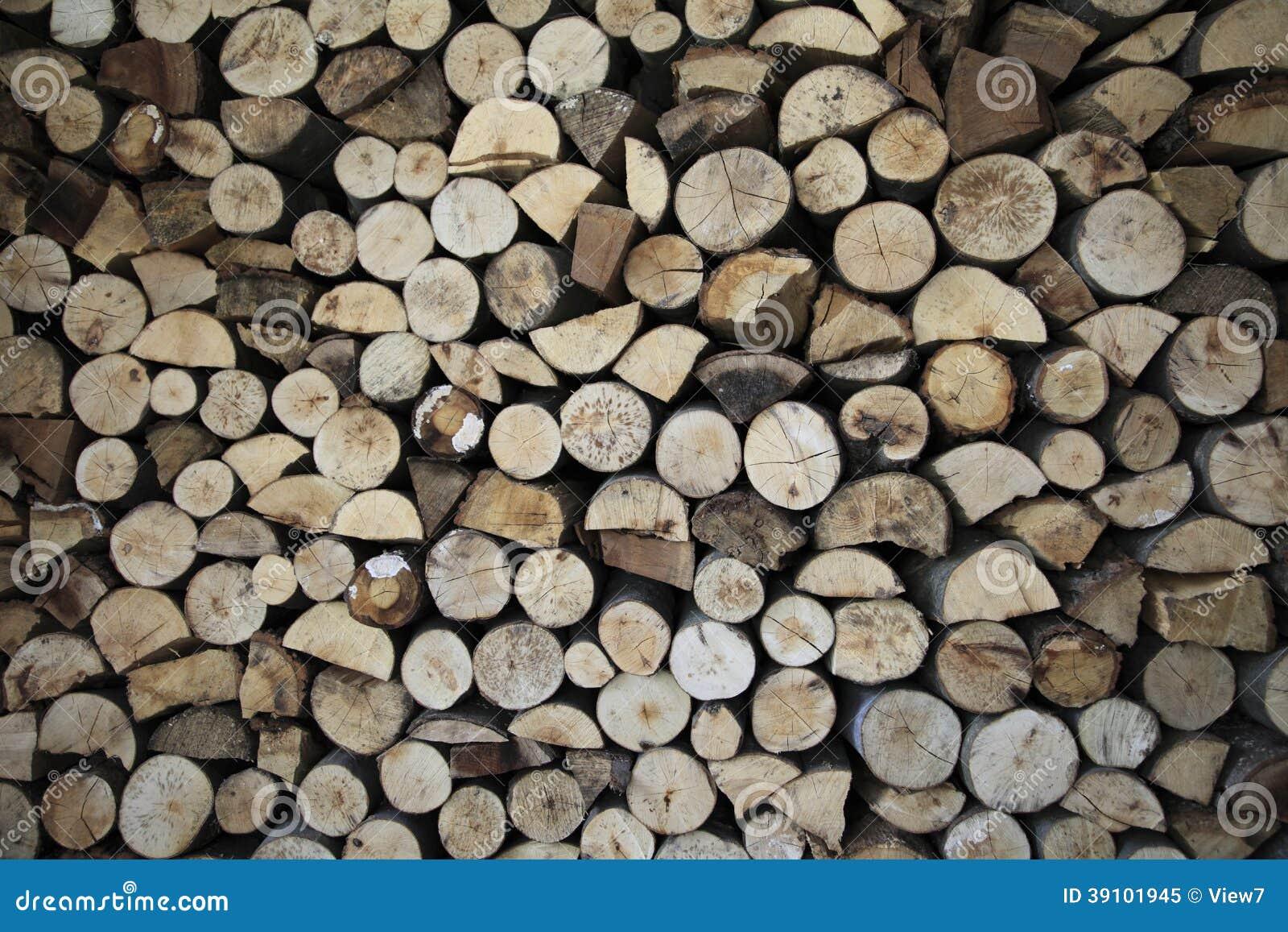 Gestapeld van gehakt brandhout