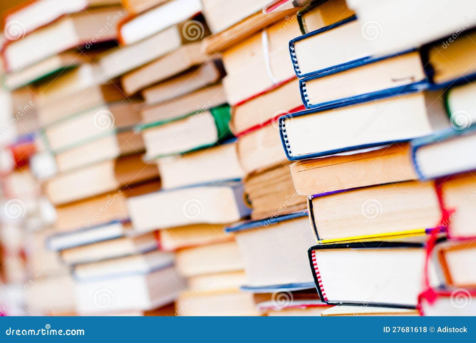 Gestapelde boekenachtergrond