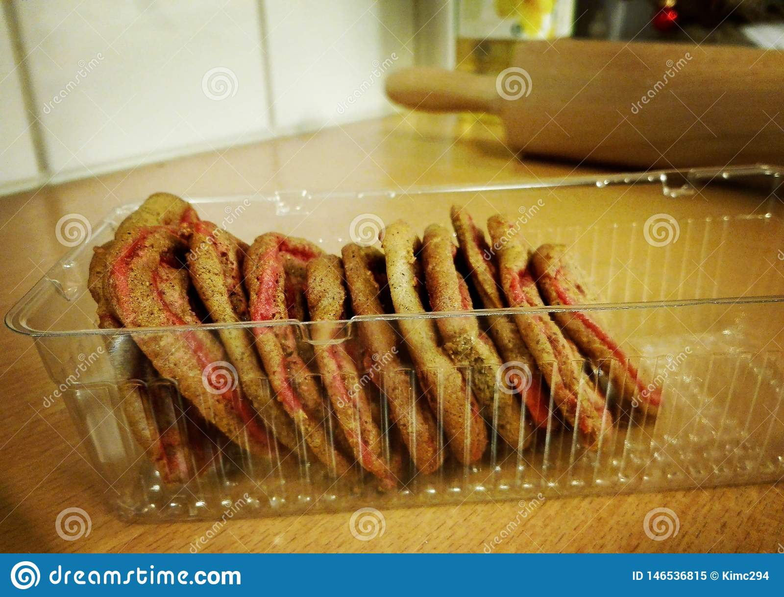 Gestapelde peperkoekkoekjes in een plastic koekjesdienblad