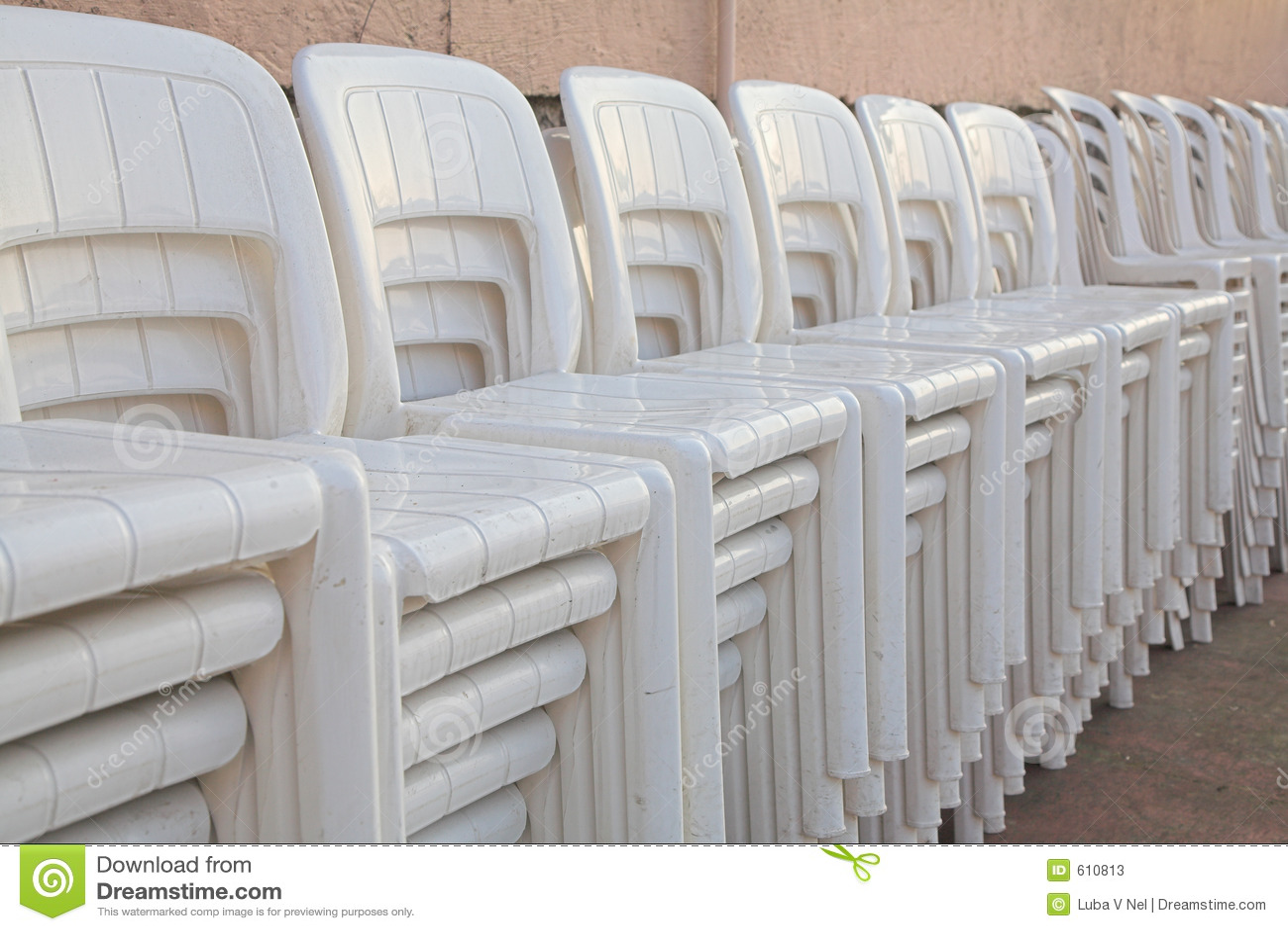 Gestapelde witte stoelen