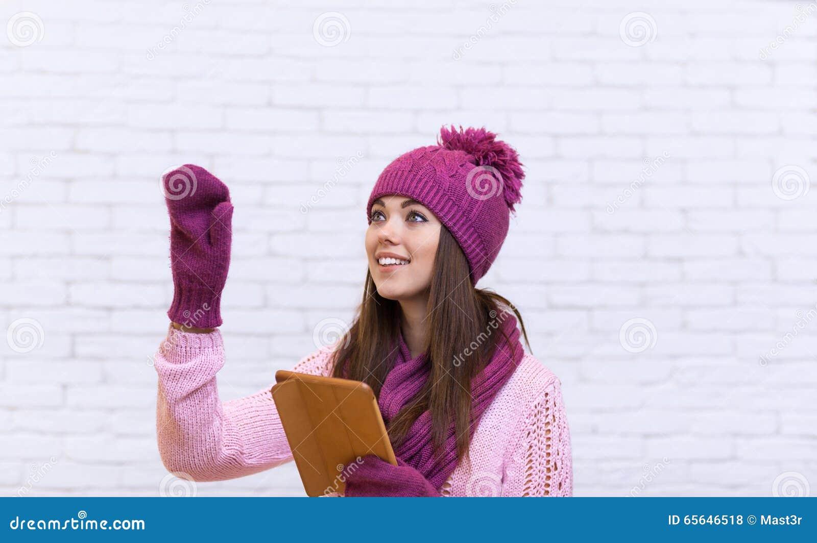 Geste de main attrayant d adolescente pour copier l espace utilisant l écran tactile d ordinateur portable de Tablette