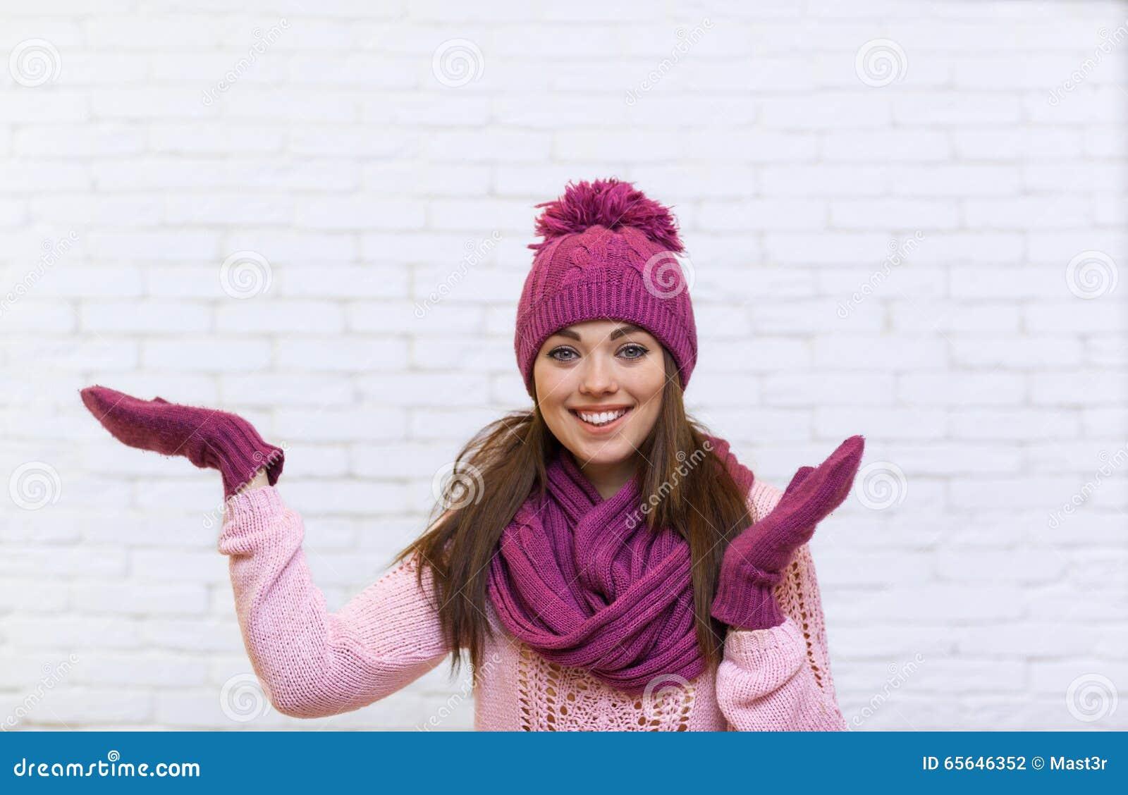Geste de main de fille pour copier le sourire attrayant de l espace adolescent dans le chapeau rose