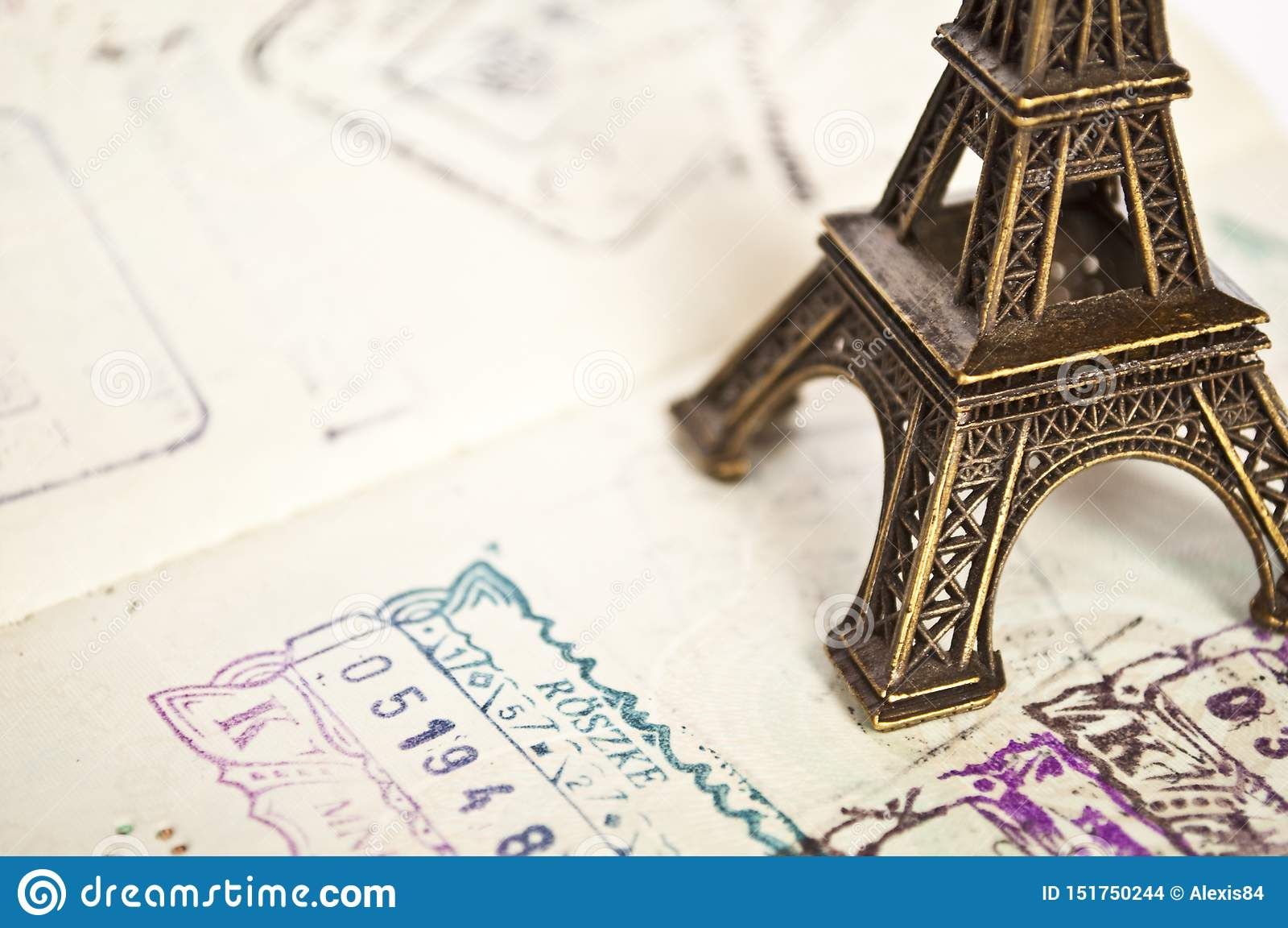 Gestempeld paspoort met het paspoort van Eiffel - reis naar het concept van Parijs