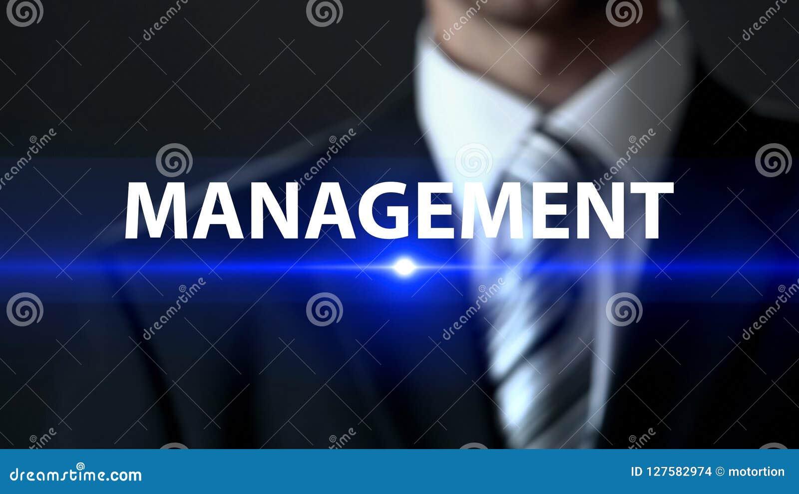 Gestión, varón en el traje que se coloca delante de la pantalla, estrategia empresarial, compañía