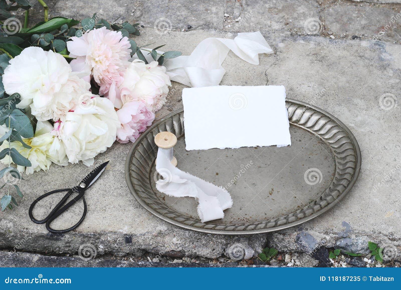 Gestileerde voorraadfoto De vrouwelijke samenstelling van het huwelijksstilleven met uitstekend zilveren dienblad, oude schaar en