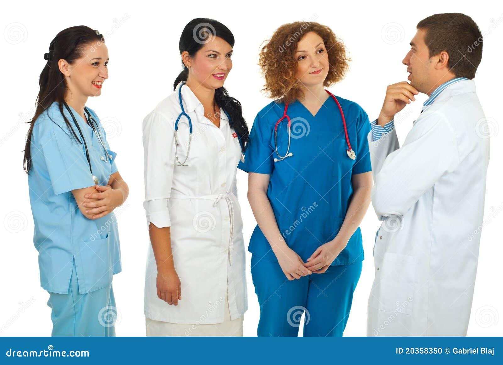 Gestionnaire d hôpital parlant avec des médecins