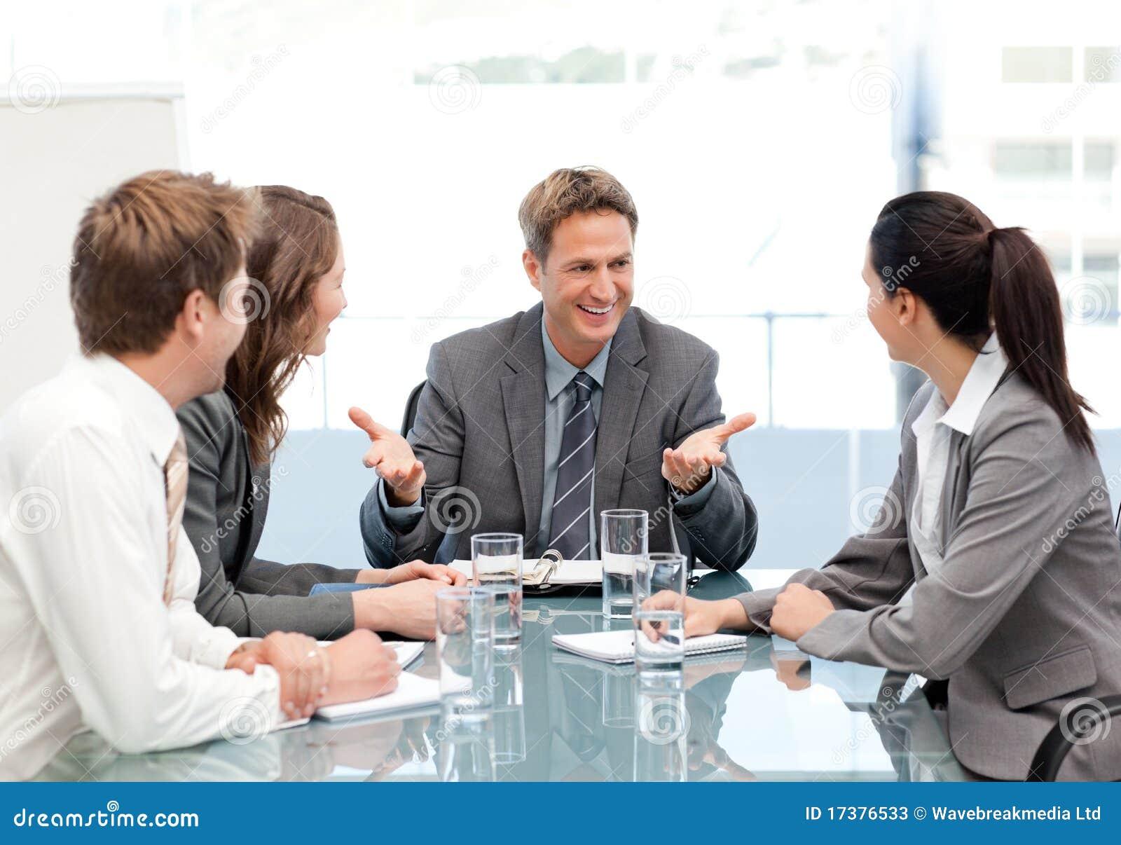 Gestionnaire de Cheeful parlant à son équipe lors d un contact