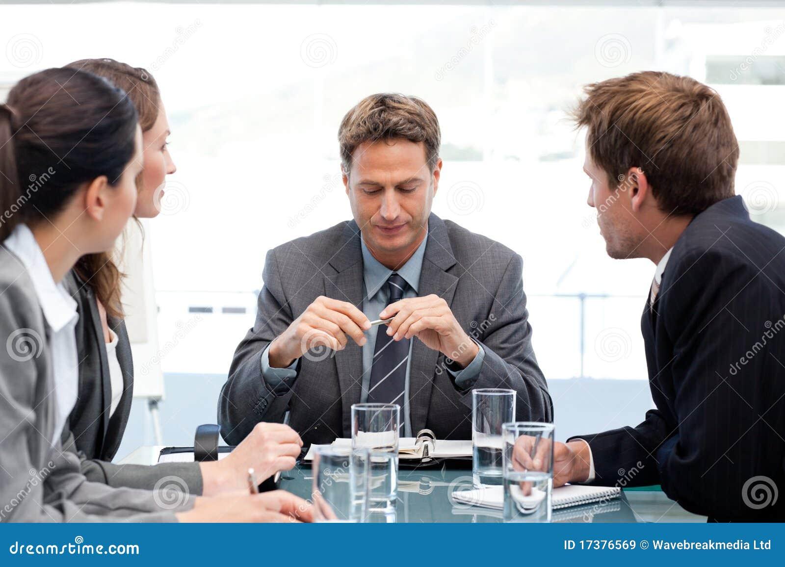 Gestionnaire sérieux avec son équipe au cours d un contact