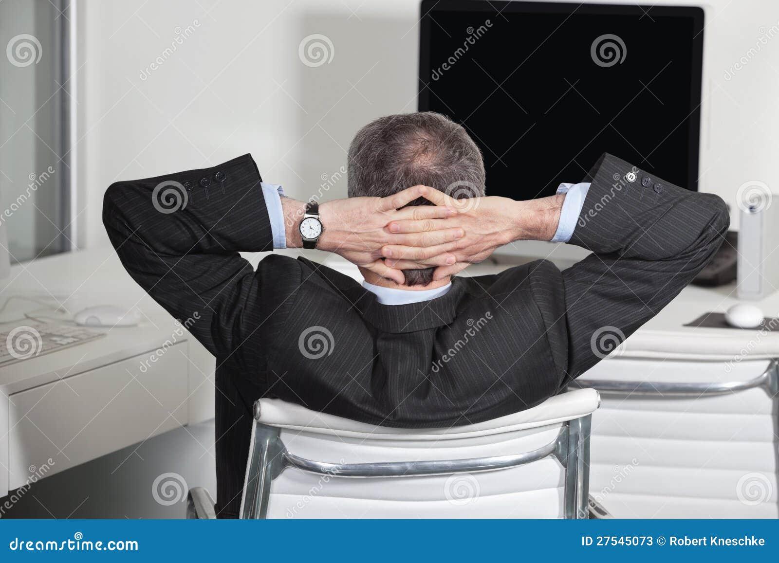 Gestionnaire se penchant en arrière dans le bureau