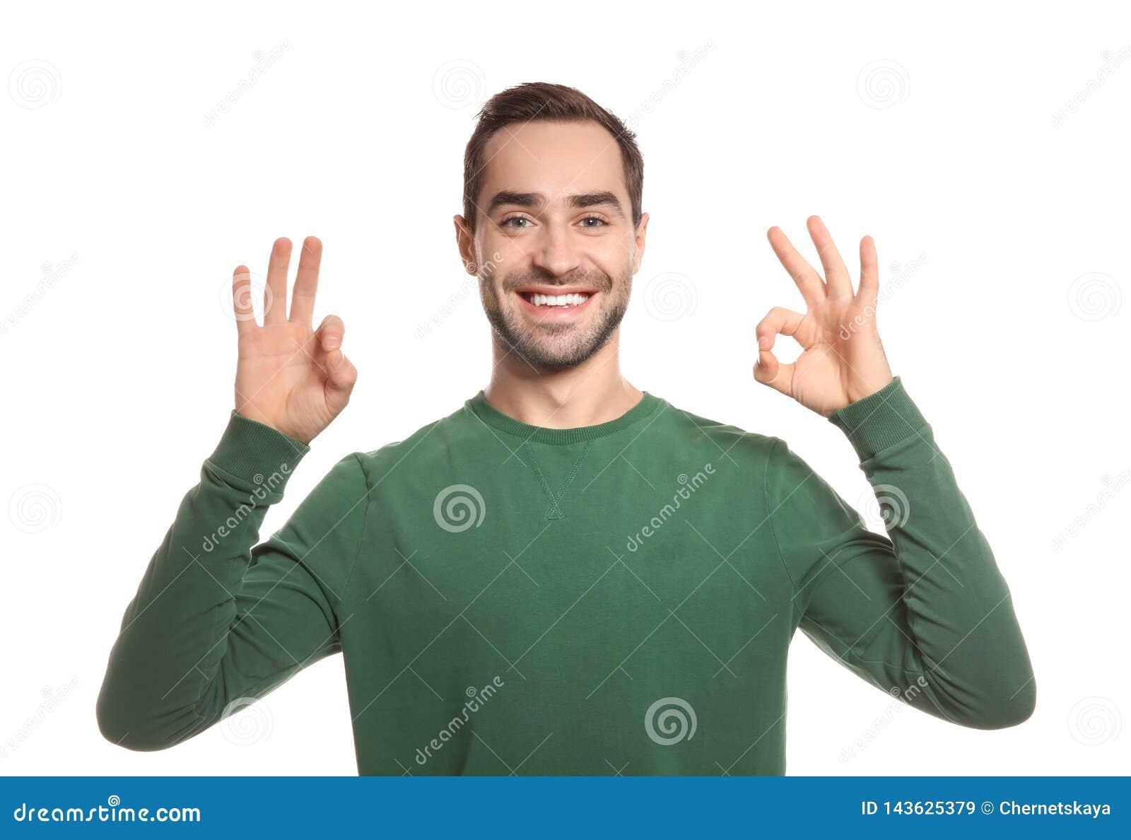 Gesto da APROVAÇÃO da exibição do homem na linguagem gestual no branco