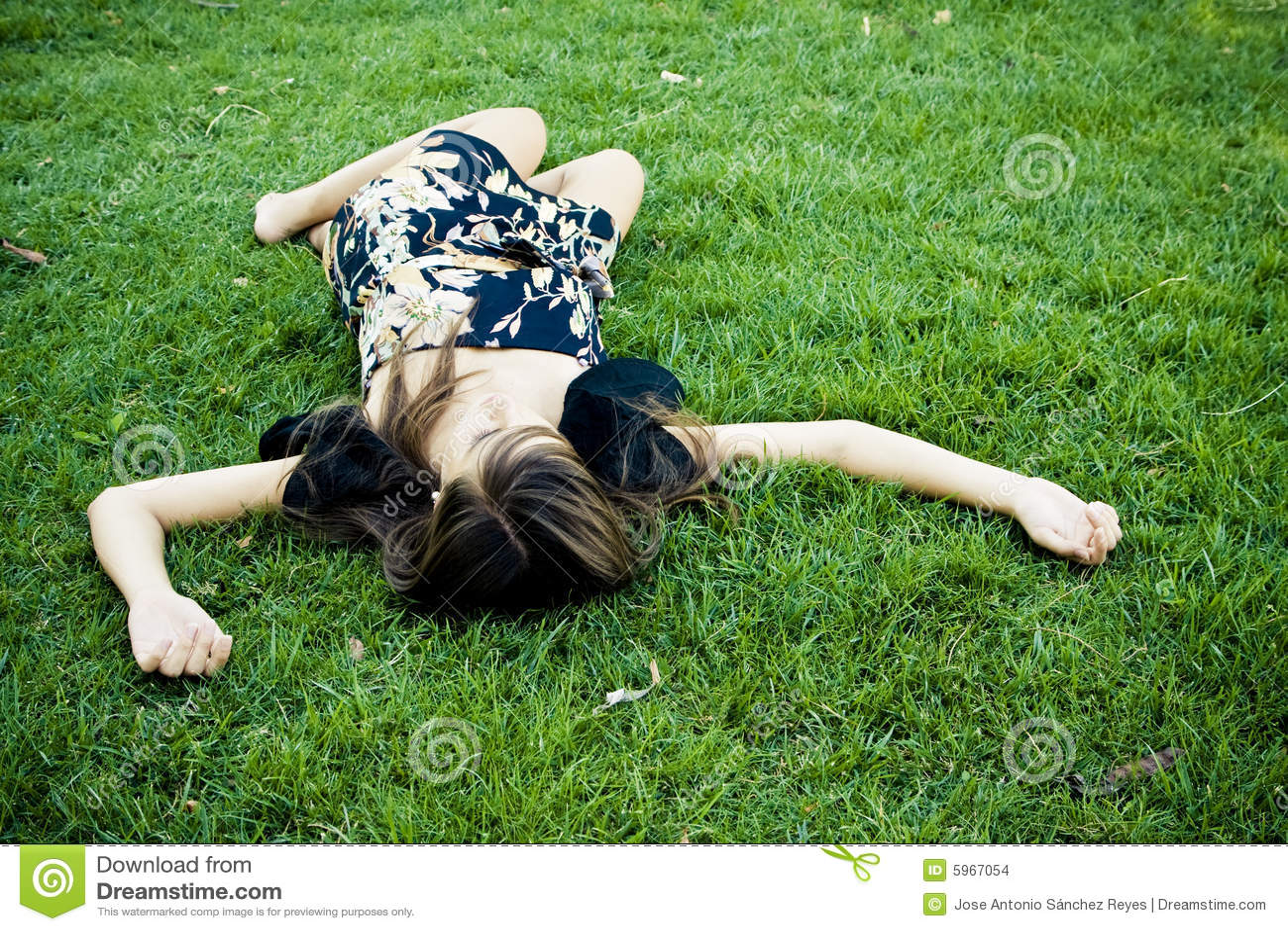 Gestorven of rustende vrouw in het gras
